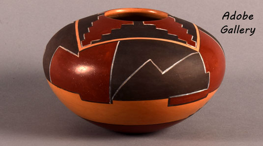 Alternate view of this pottery seed jar by Dextra.